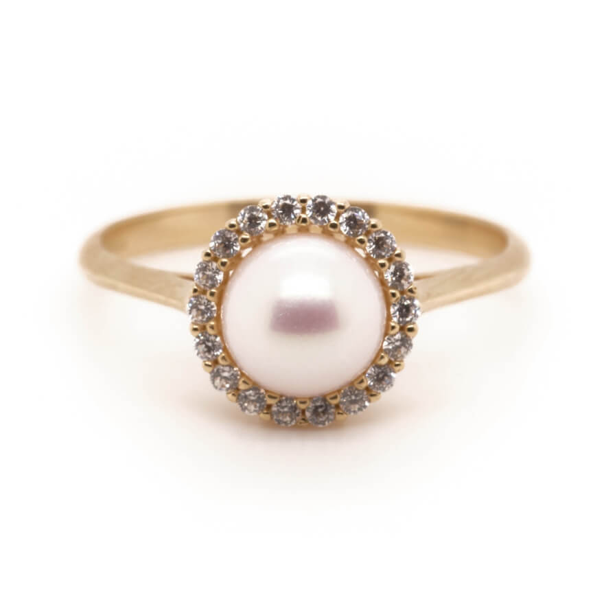 Perlové šperky jsou velmi nadčasové a sluší ženám a dívkám v každém věku